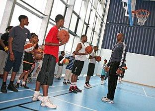 STREAT: Former LA Lakers basketball star shoots hoops with Streatham youngsters