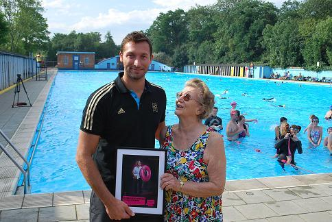 Ian Thorpe gives swimming lessons in Tooting Bec Lido