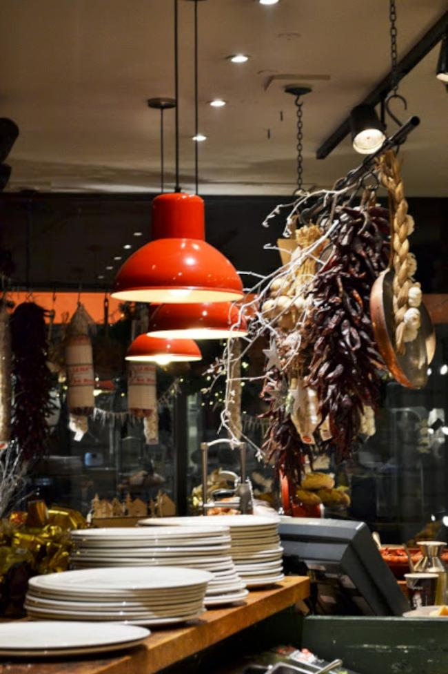 Ponti's Italian has a great atmosphere - unlike most places in central London during the Christmas shopping season!